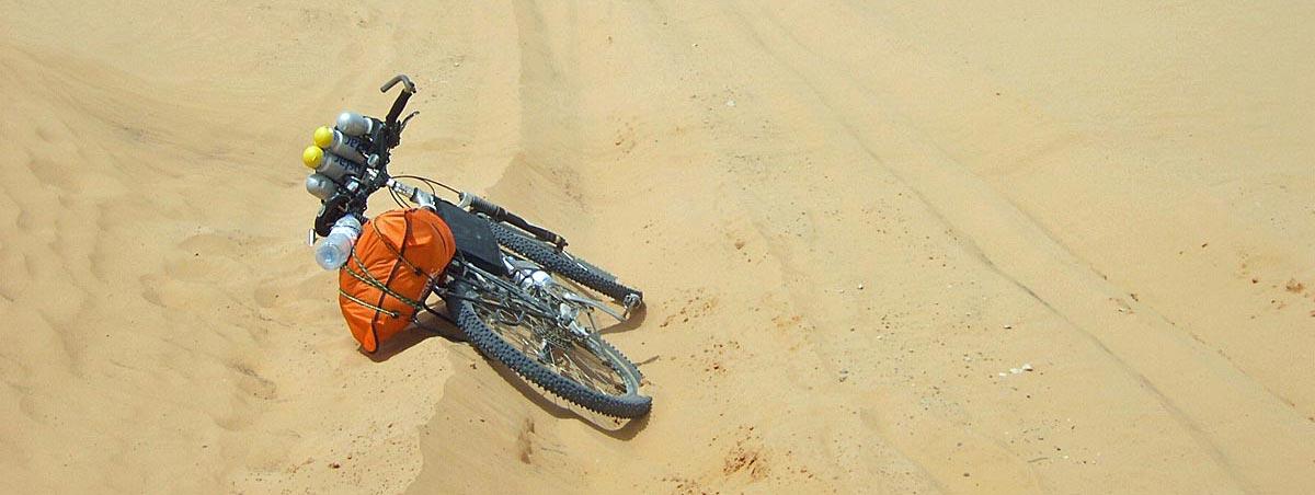 Mountainbike auf der Wüstensandpiste in Tunesien - Sahara